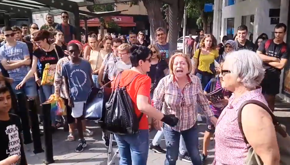 La dona, reclamant per que li han pres la bandera