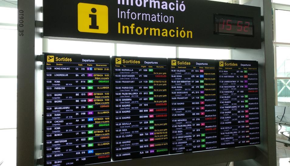 Pla general dels panells informatius de la terminal 1 de l'aeroport del Prat.