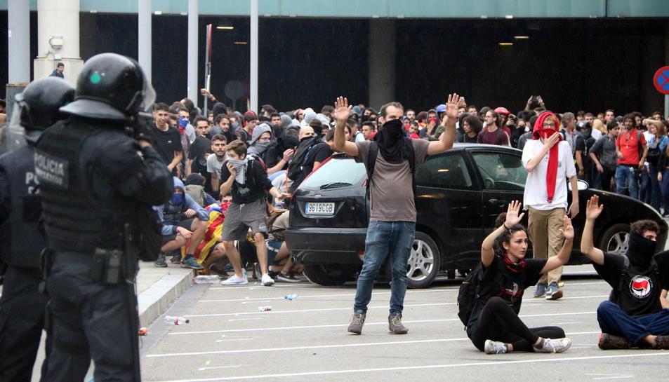 Imatge de manifestants i policia aquest 14 d'octubre de 2019 a l'aeroport del Prat.