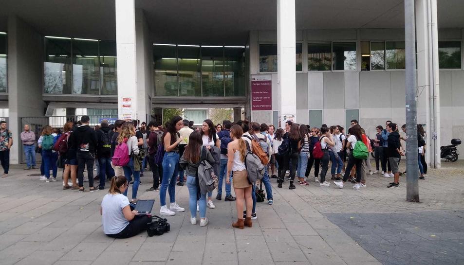 Estudiants, concentrats davant del Campus Catalunya de la URV