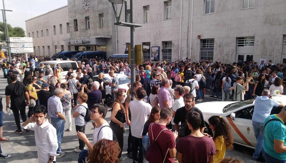 Manifestants, a les portes de l'estació de trens de Tarragona