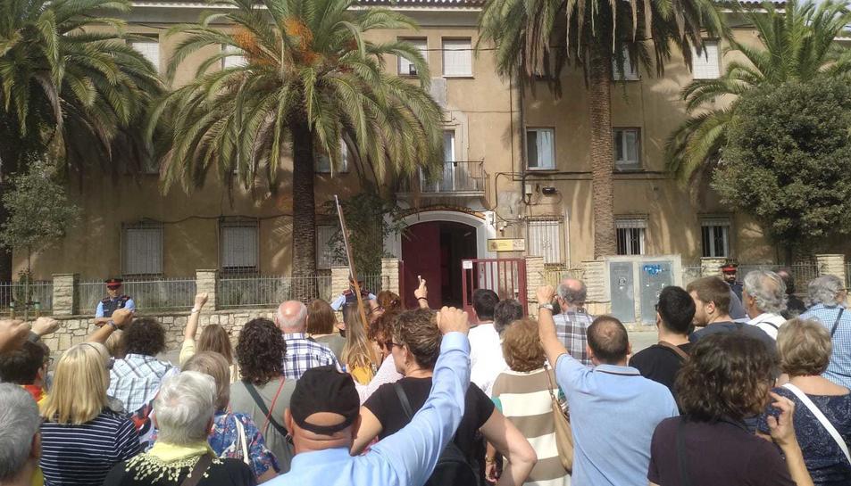 Manifestants canten els Segadors davant de la Guàrdia Civil, a Reus