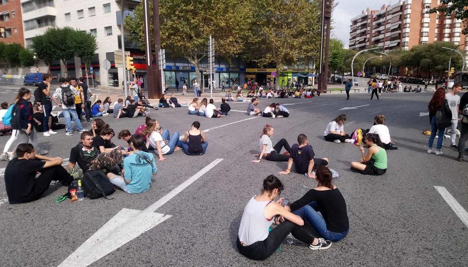un grup de persones s'ha assegut a la Imperial Tarraco davant la Subdelegació.