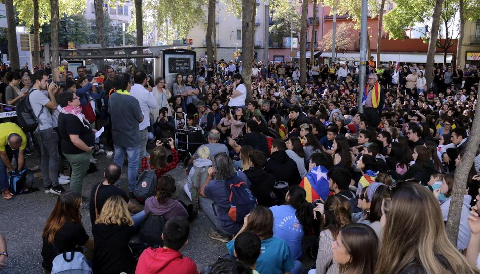 Pla general de la concentració davant dels Jutjats de Girona, el 15 d'octubre del 2019 (horitzontal)