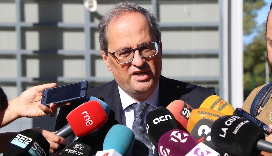 Primer pla del president de la Generalitat, Quim Torra, atenent els mitjans de comunicació, després de visitar Carme Forcadell.