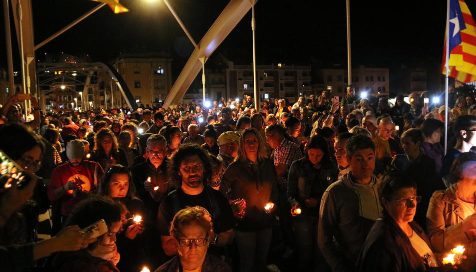 Pla picat d'una part del pont de l'Estat de Tortosa plena de gent amb espelmes durant al concentració en record dels presos. Imatge del 15 d'octubre del 2019 (horitzontal)
