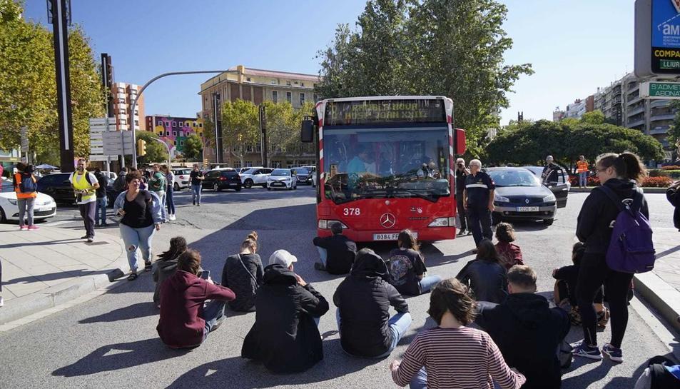 Imatge d'alguns manifestants tallant la Imperial Tarraco asseguts al terra.
