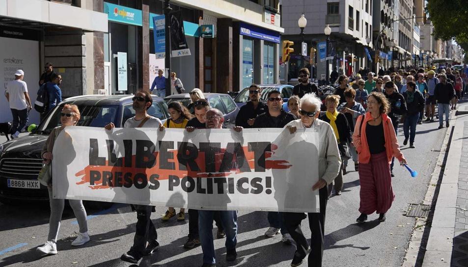 Imatge dels manifestants dirigint-se als jutjats.