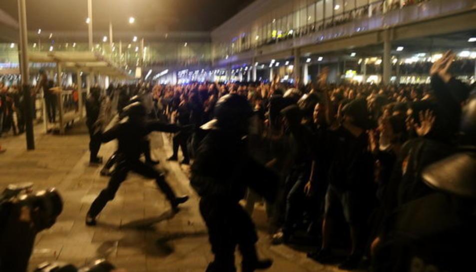 Imatge d'un moment d'una càrrega policial a l'aeroport del Prat.