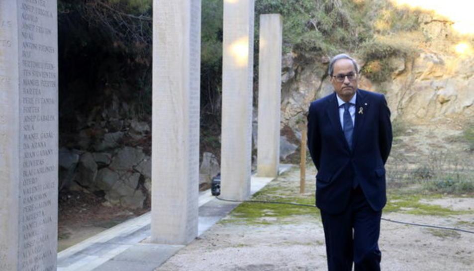 El president del Govern, Quim Torra, passejant al Fossar de la Pedrera, al cementiri de Montjuïc.