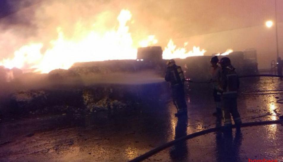 Imatge d'efectius dels Bombers treballant en l'incendi.