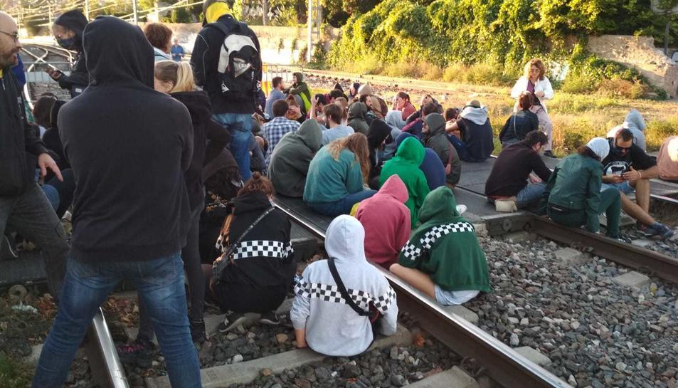 Els manifestants s'han assegut a les vies a Reus.