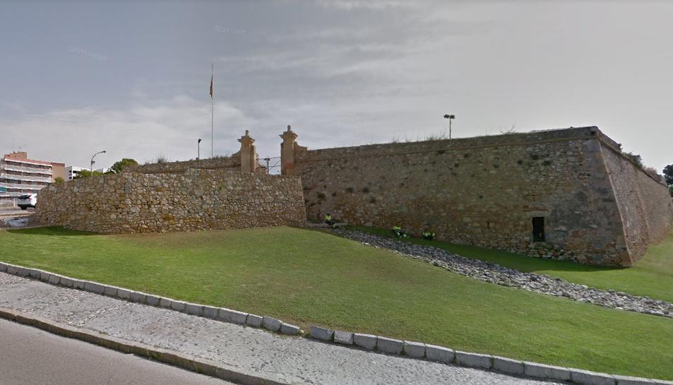 El fortí de Sant Jordi és una construcció defensiva anglesa que fa anys està tancada al públic.