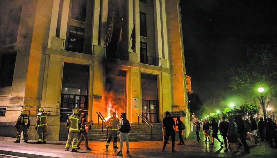 Alguns manifestants van provocar un incendi a les portes de la delegació d'Hisenda.