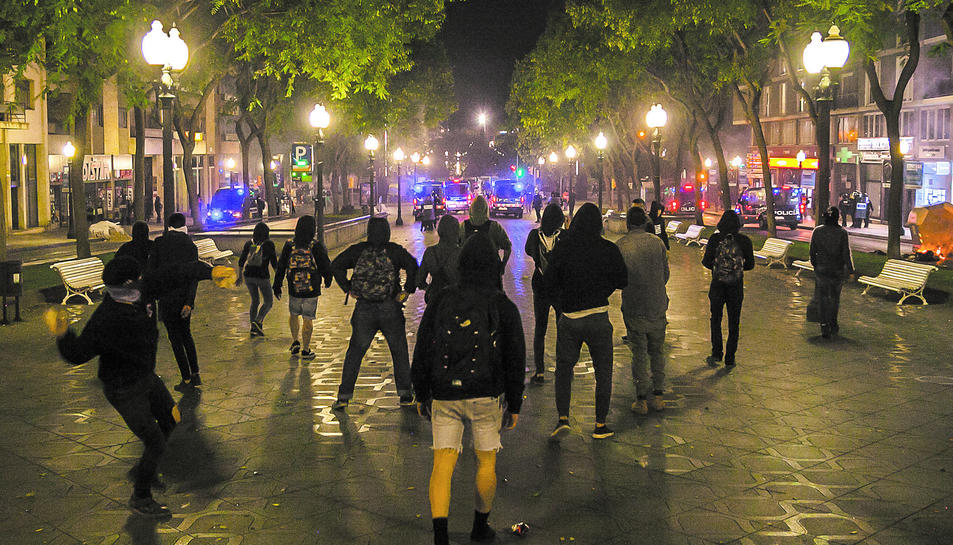 Manifestants intentant tornar a la plaça Imperial Tarraco davant la presència policial.