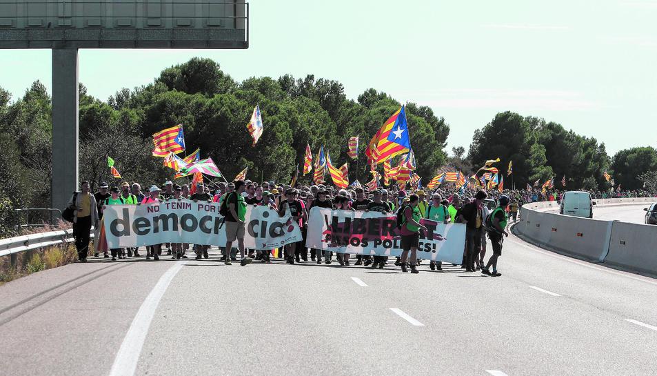 Un gran nombre de participants en la Marxa per la Llibertat caminen per l'autopista AP-7 en direcció al Vendrell, on van fer parada per dinar i recuperar forces abans de dirigir-se cap a Vilafranca.
