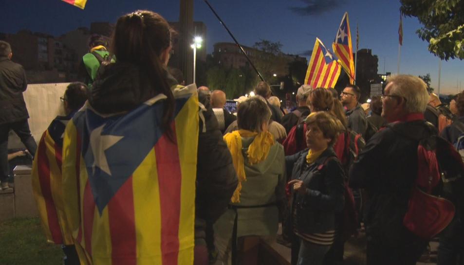 Pla mitjà d'una manifestant d'esquena amb una estelada penjada, abans que arrenqués la Marxa per la Llibertat des de Tarragona.