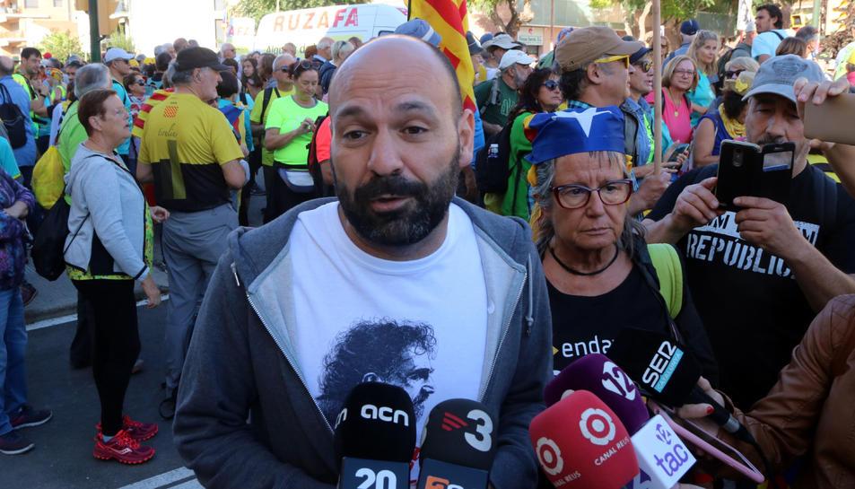 Primer pla del vicepresident d'Òmnium, Marcel Mauri, atenent els mitjans a Torredembarra.