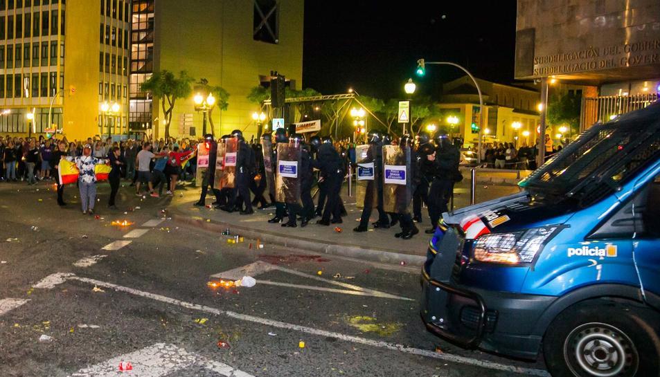 Enfrontaments entre policia i manifestants després de l'acte d'ANC i Òmnium a la plaça Imperial Tarraco de Tarragona