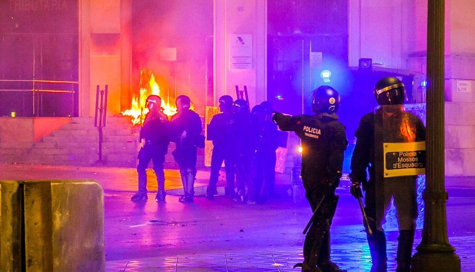 Enfrontaments entre policia i manifestants després de l'acte d'ANC i Òmnium