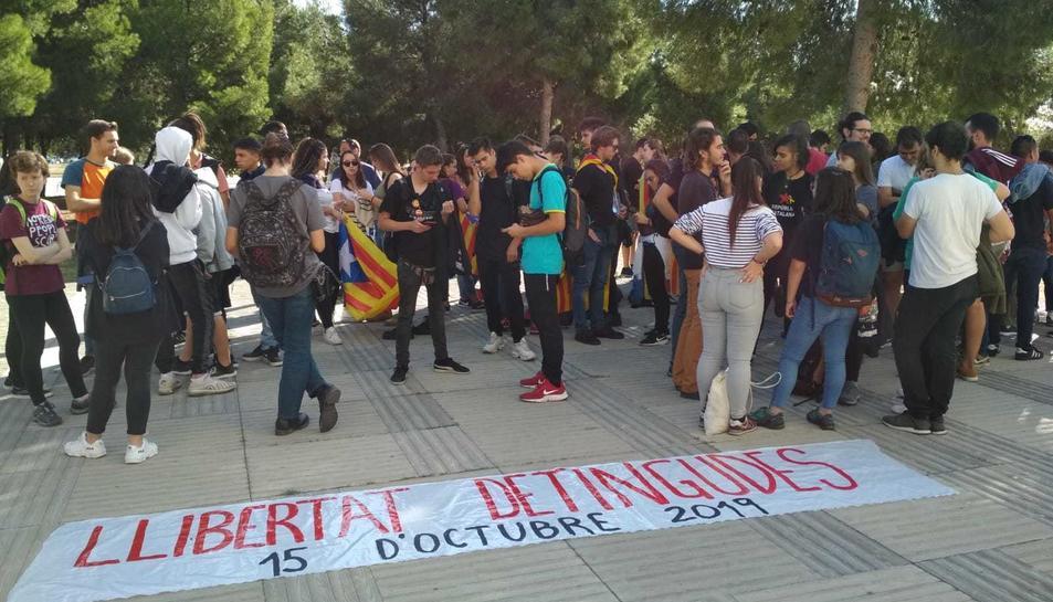 Els estudiants han estès una pancarta en què es pot llegir 'Llibertat detingudes' davant de la comissaria dels Mossos d'Esquadra de Campclar.