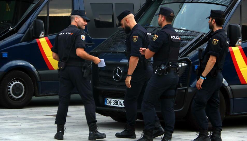 Pla mitjà de diversos agents antiavalots de la Policia Nacional a l'aeroport del Prat.