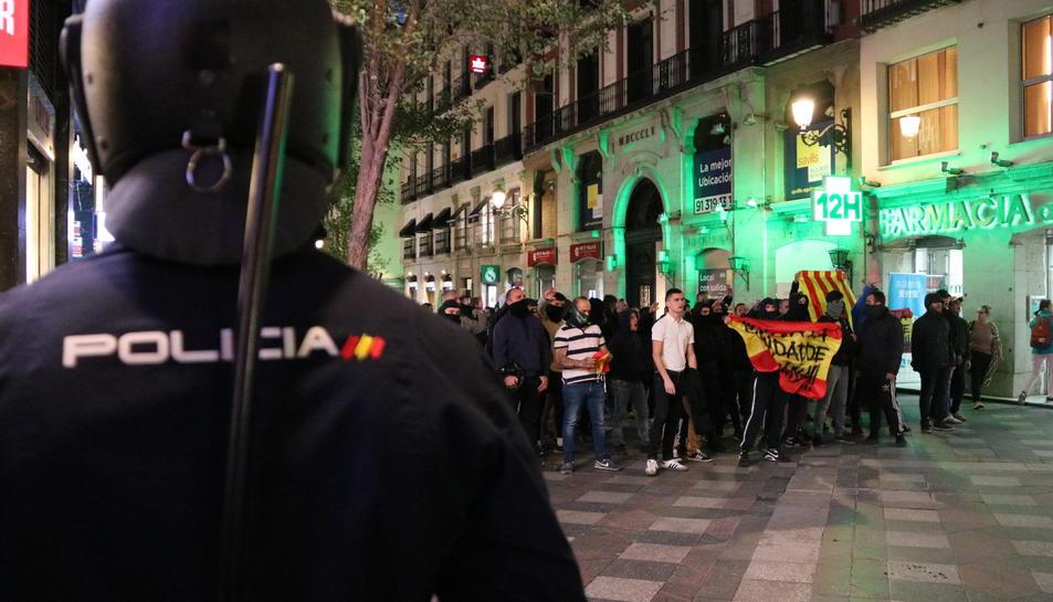 Pla general de la contramanifestació d'ultranacionalistes espanyols prop de la Puerta del Sol amb un antidisturbis.
