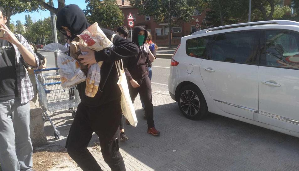 Diverses persones han portat menjar als manifestants del tall de les vies del tren.