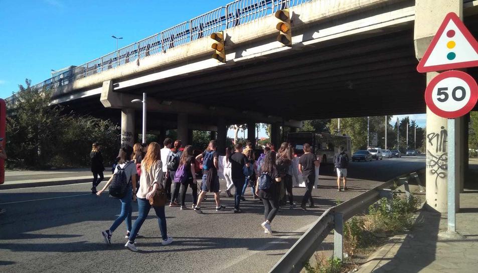 Els estudiants al seu pas per l'N-340 a l'alçada d'Icomar.