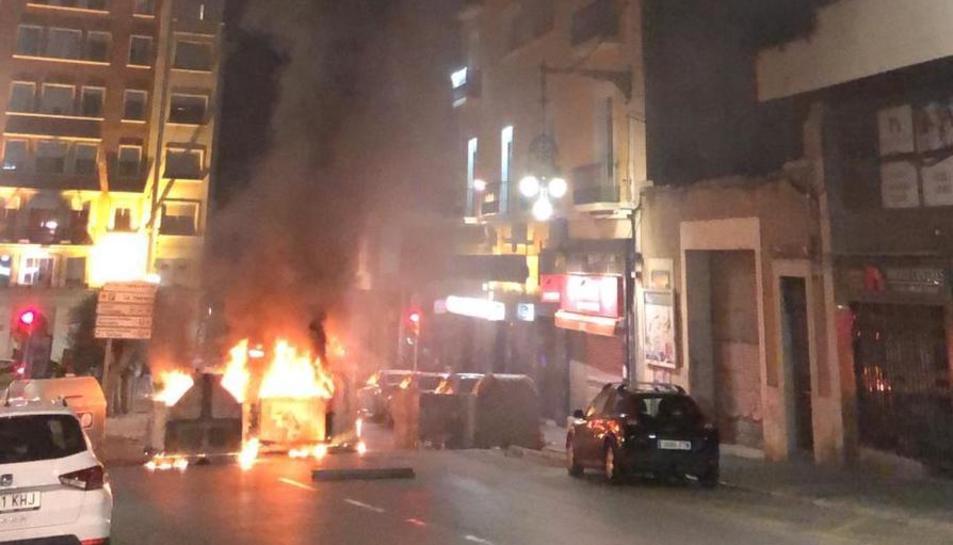 Contenidors cremant al carrer Unió.