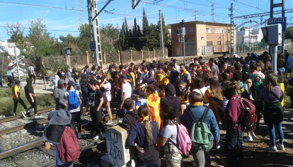 Els manifestants han entrat a les vies del tren de Reus.