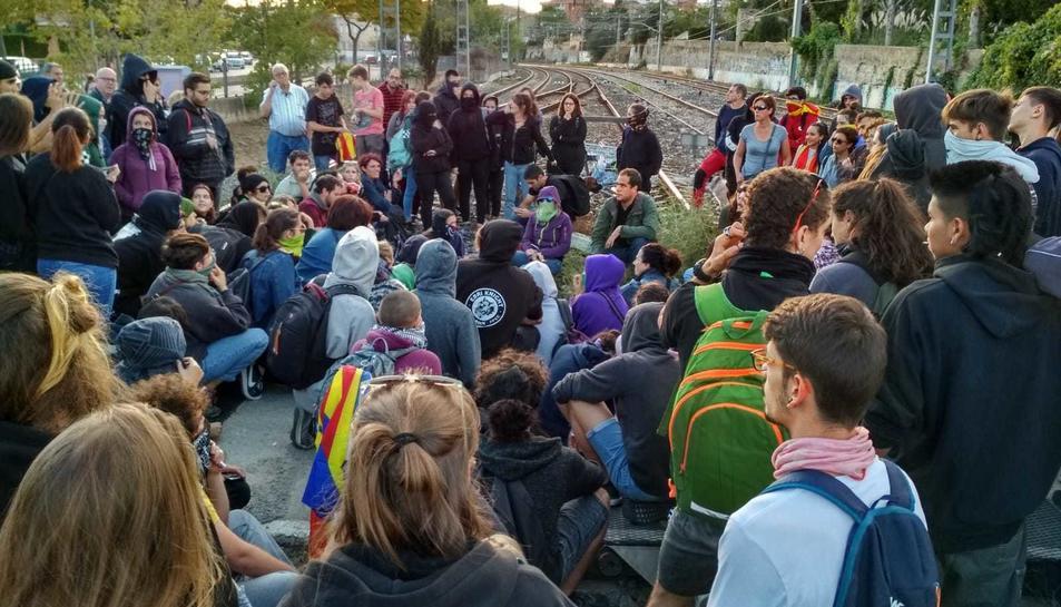 Els manifestants segueixen per la tarda a les vies.