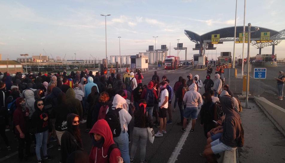 Els manifestants a l'entrada del Port.