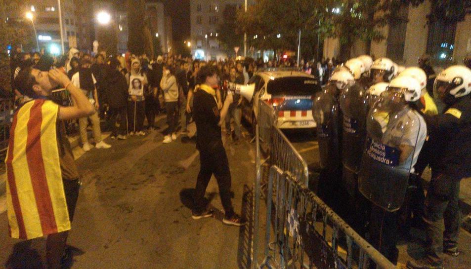 Manifestants amb la policia al davant