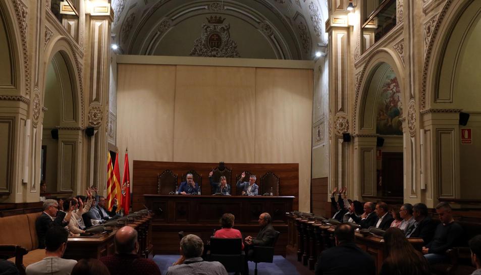 Pla general dels diputats d'ERC i JxCat votant a favor de la moció de resposta a la sentència en el ple extraordinari de la Diputació de Tarragona del 18 d'octubre del 2019