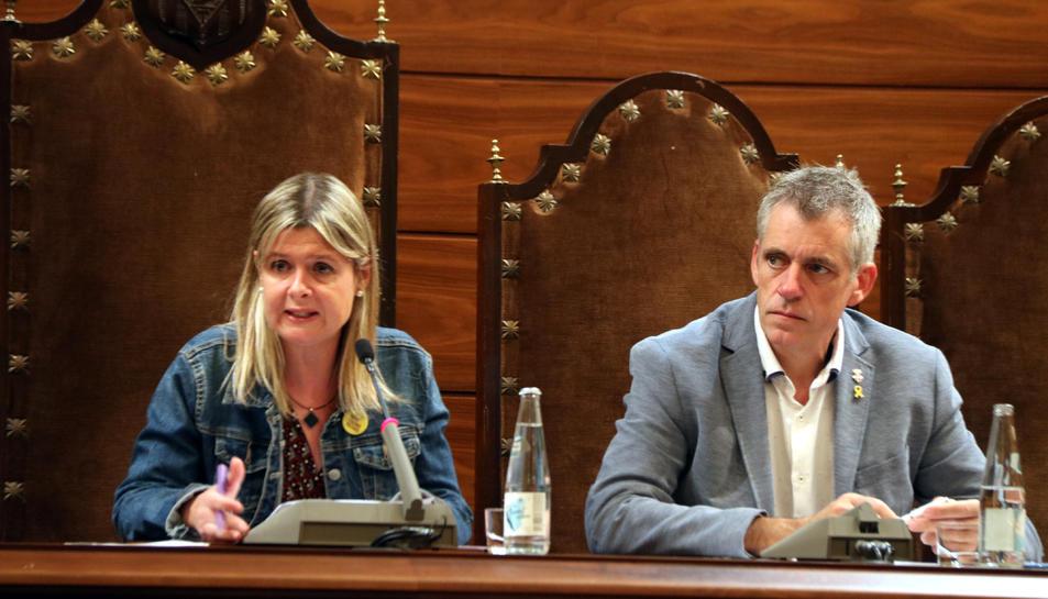 La presidenta de la Diputació de Tarragona, Noemí Llauradó, i del vicepresident Adam Tomàs en el ple del 17 d'octubre del 2019.