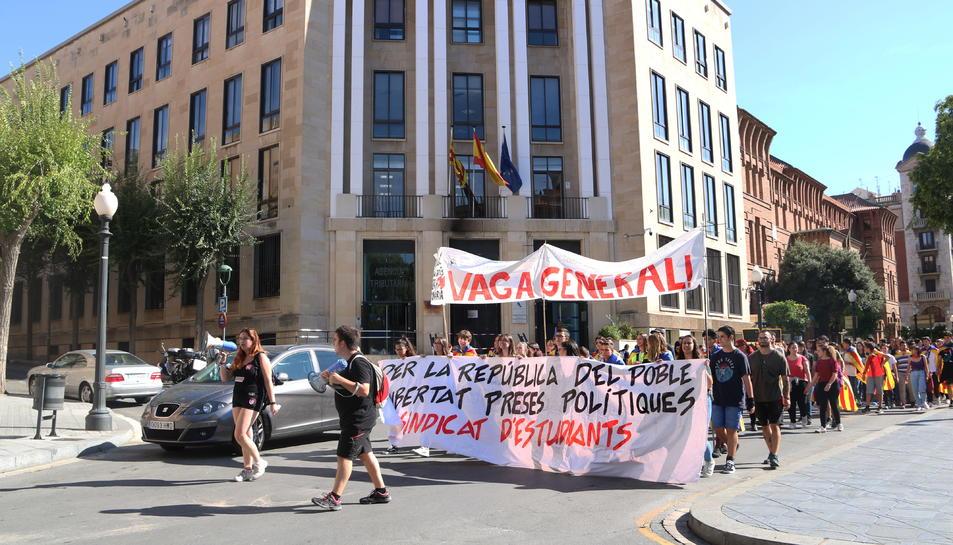 Pla general de la capçalara de la manifestació convocada pel Sindicat d'Estudiants durant la marxa per la Rambla de Tarragona, protesta en la que han rebutjat la sentència del procés. Imatge del 17 d'octubre del 2019 (Hortizontal).