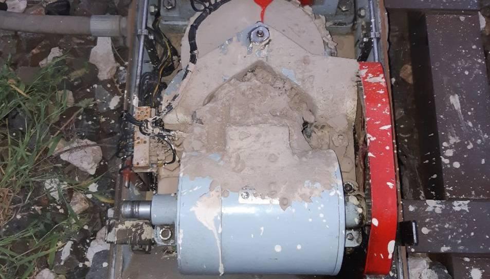 Un dels motors amb el ciment vessat a sobre.