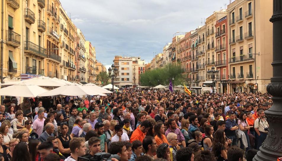 Manifestants a la plaça de la Font contra la violència