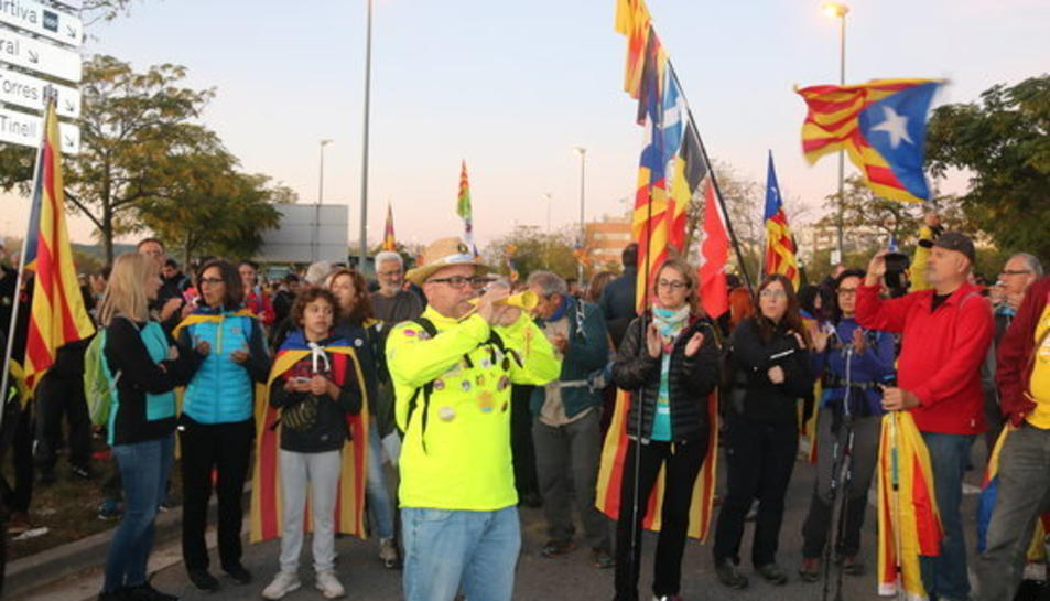 Un participant a la Marxa per la Llibertat tocant la gralla abans de sortir des de Vilafranca del Penedès.