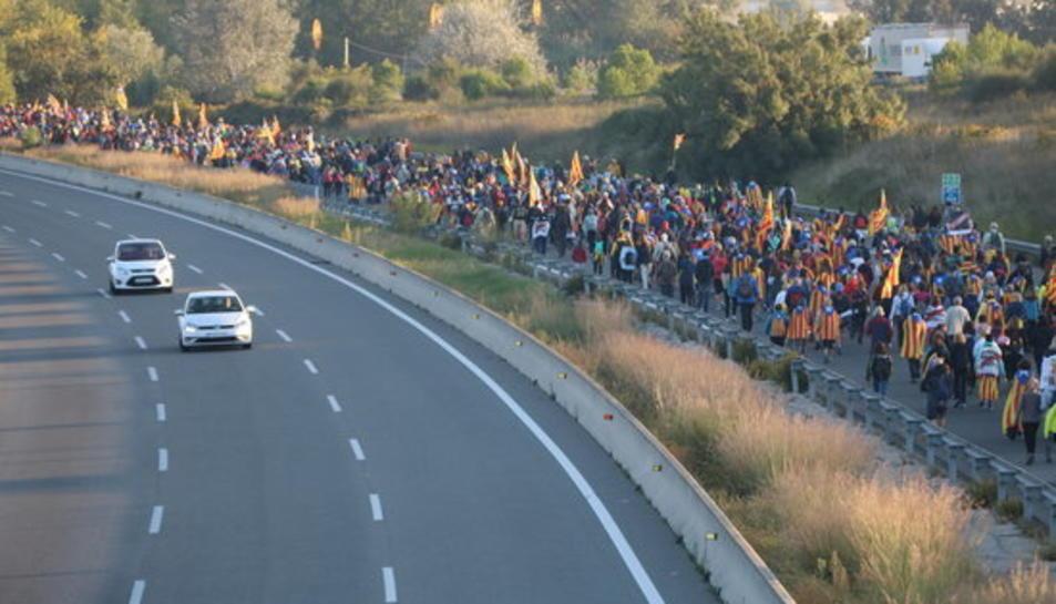 Pla obert de la Marxa per la Llibertat caminant per l'AP7 en sentit Barcelona a l'alçada de Vilafranca del Penedès.