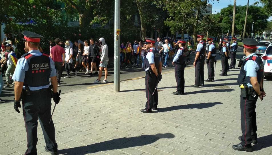 Els estudiants de Reus passen per davant dels jutjats, on hi ha agents dels Mossos d'Esquadra.