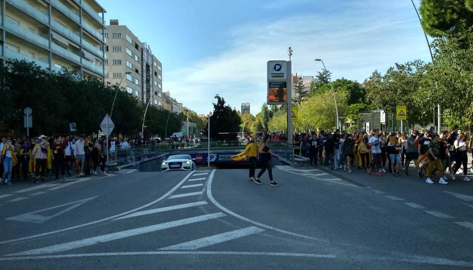 Estudiants manifestant-se als carrers de Reus aquest dijous.