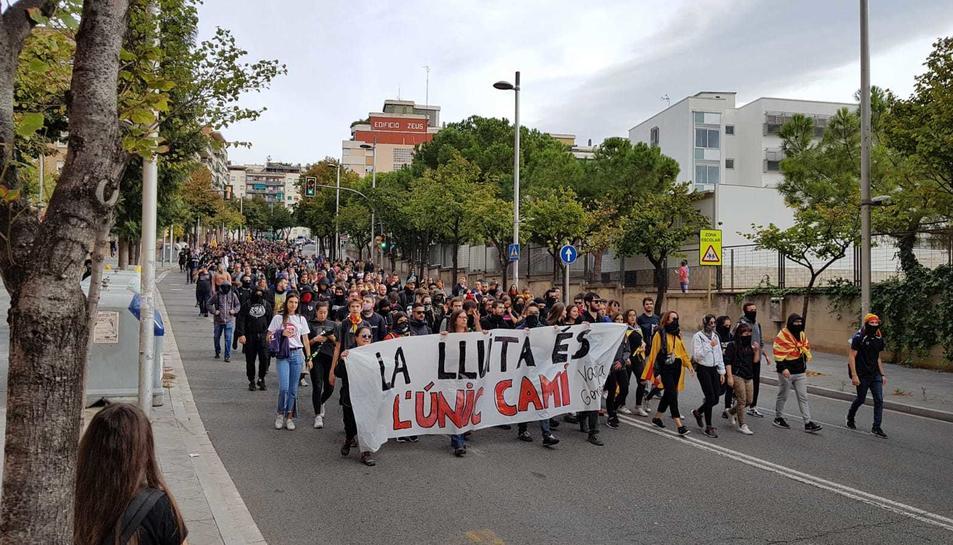 Els manifestants recorren els carrers de Tarragona.