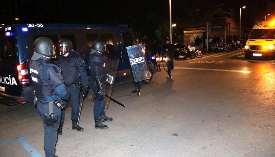 Pla general dels agents de la Policia Nacional al centre de Tarragona durant els aldarulls d'aquesta nit de dijous. Imatge del 17 d'octubre del 2019 ( Horitzontal).