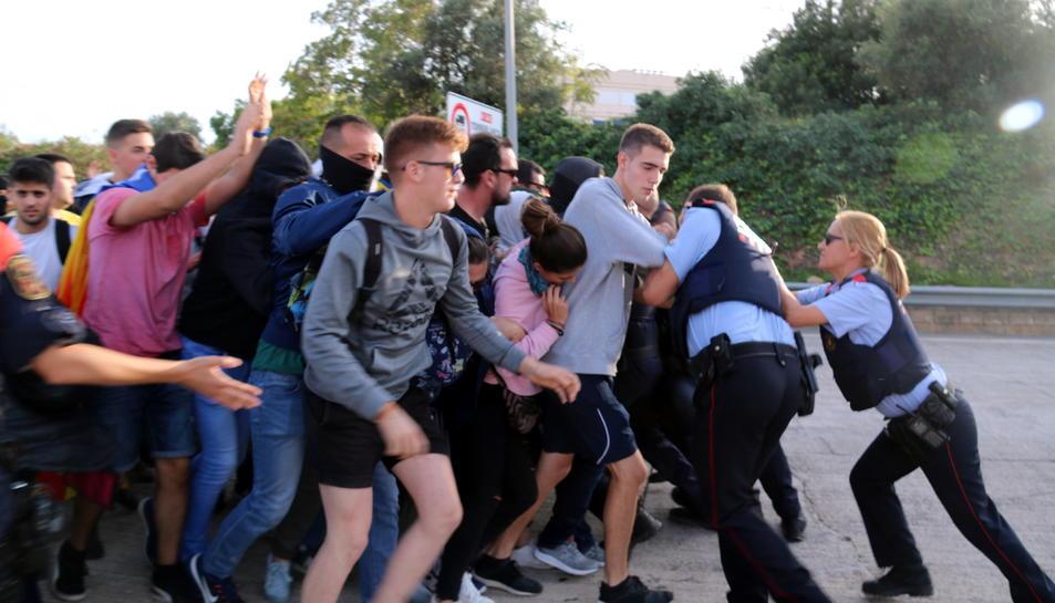 Agents dels Mossos bloquegen el grup de manifestants que intentaven accedir a l'autopista AP-7 a l'Ampolla pel peatge.