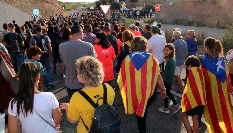 Pla general dels manifestants dirigint-se al peatge de l'AP-7 a l'Ampolla per tallar l'autopista. Imatge del 18 d'octubre del 2019 (horitzontal)