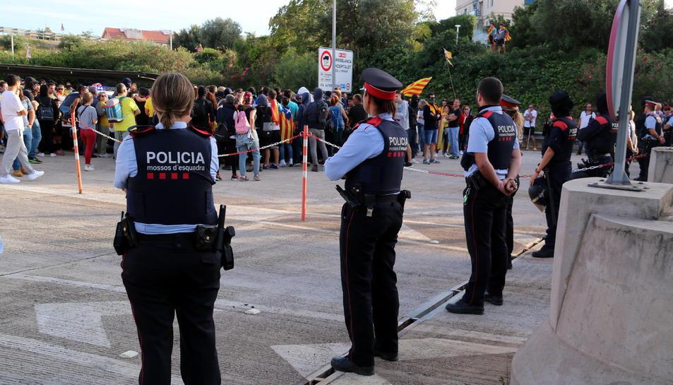 Pla general del cordó dels Mossos davant del peatge de l'AP-7 a l'Ampolla davant dels manifestants que intentaven accedir-hi per tallar-la. Imatge del 18 d'octubre del 2019 (horitzontal)