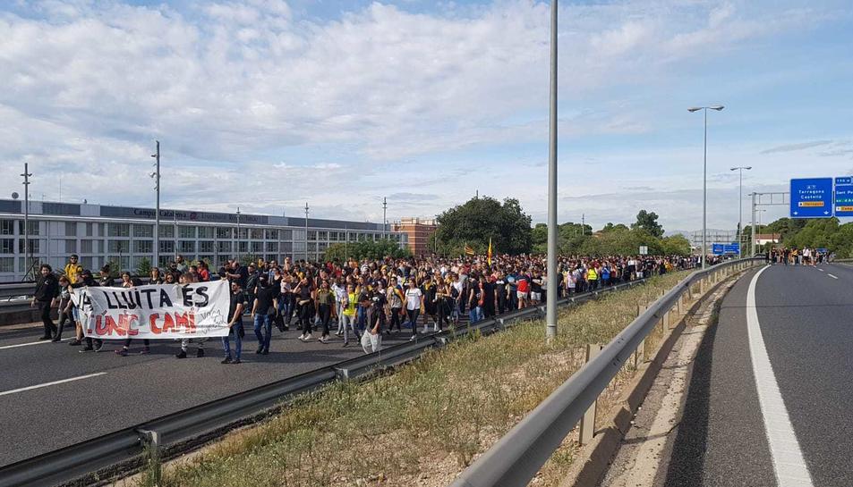 Els manifestants a Tarragona marxen per l'A-7.