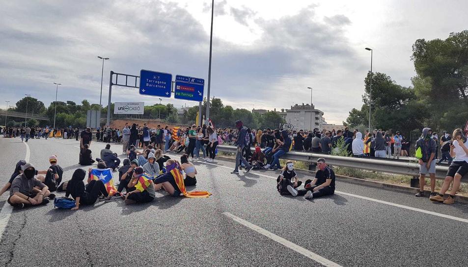 Els manifestants tallen l'A-7 a Tarragona.